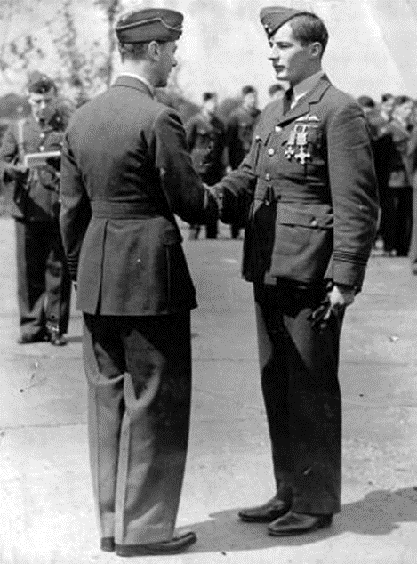 King George VI shakes hands with Flight Lieutenant Dickie Lee.